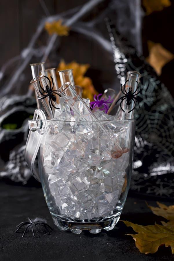 Cocktail original dans un tube de verre pour la partie de Halloween image libre de droits