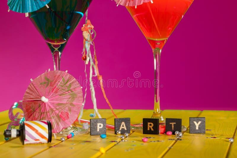 Cocktail party Vieringspret in dit kleurrijke partijinvitatio royalty-vrije stock afbeelding