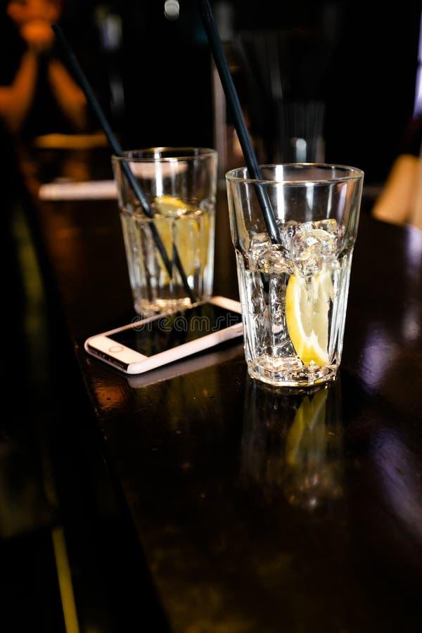 Cocktail pelo empregado de bar em um clube noturno - as habilidades do barman são mostradas foto de stock