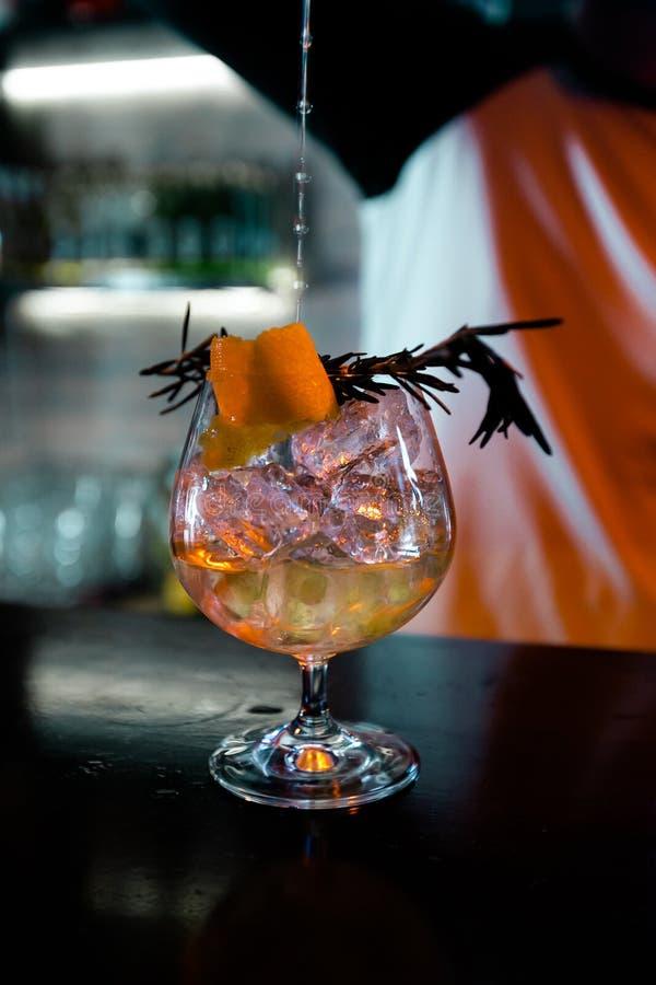 Cocktail pelo empregado de bar em um clube noturno - as habilidades do barman são mostradas fotos de stock royalty free