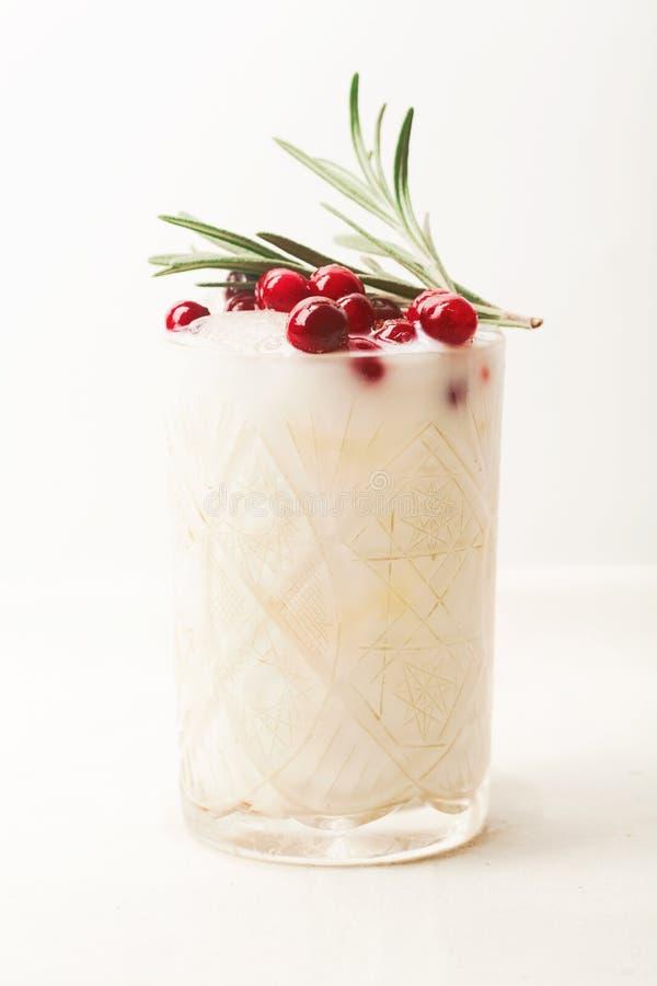 Cocktail perfetto di natale: margarita della noce di cocco con i mirtilli rossi ed i rosmarini immagine stock libera da diritti
