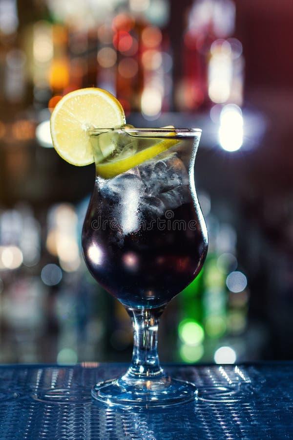 Cocktail populaire basé sur la vodka, le genièvre, la tequila et le rhum photo stock