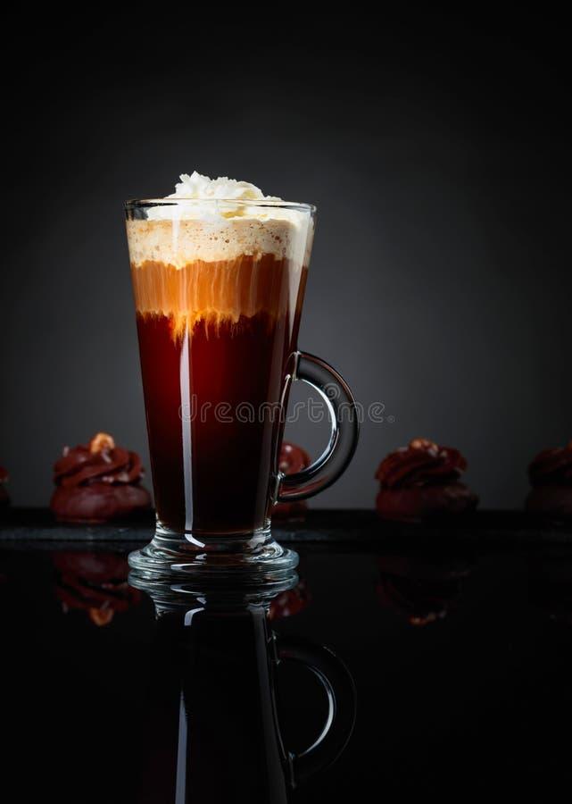 Cocktail posé de café avec le dessert de chocolat sur un fond réfléchi noir photo libre de droits