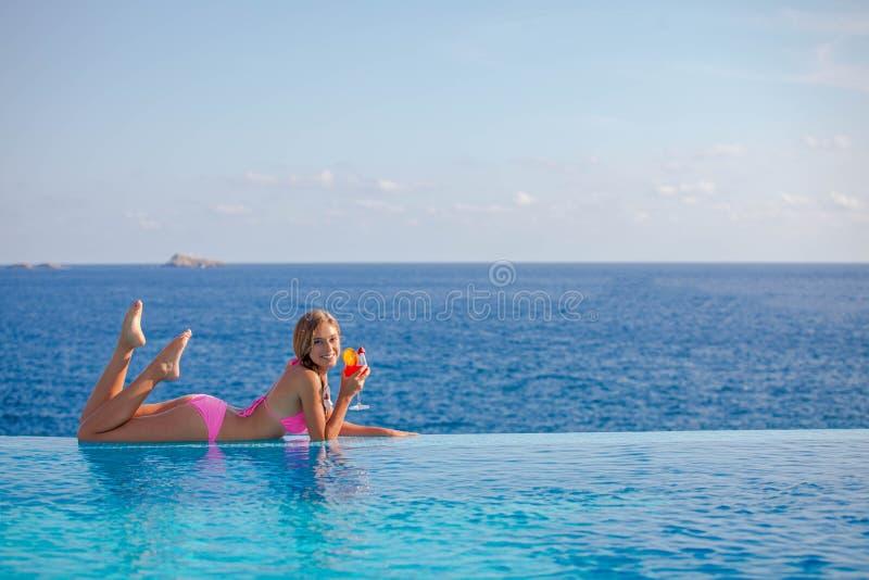 Cocktail potable de femme d'été en Majorque image libre de droits