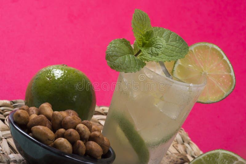Cocktail régénérateur avec le citron et la glace verts images libres de droits