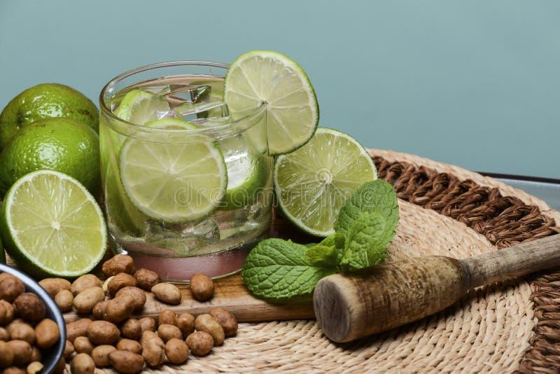 Cocktail régénérateur avec le citron et la glace verts photographie stock libre de droits