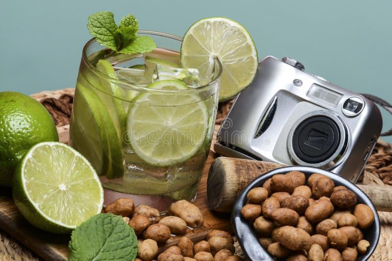 Cocktail régénérateur avec le citron et la glace verts images stock
