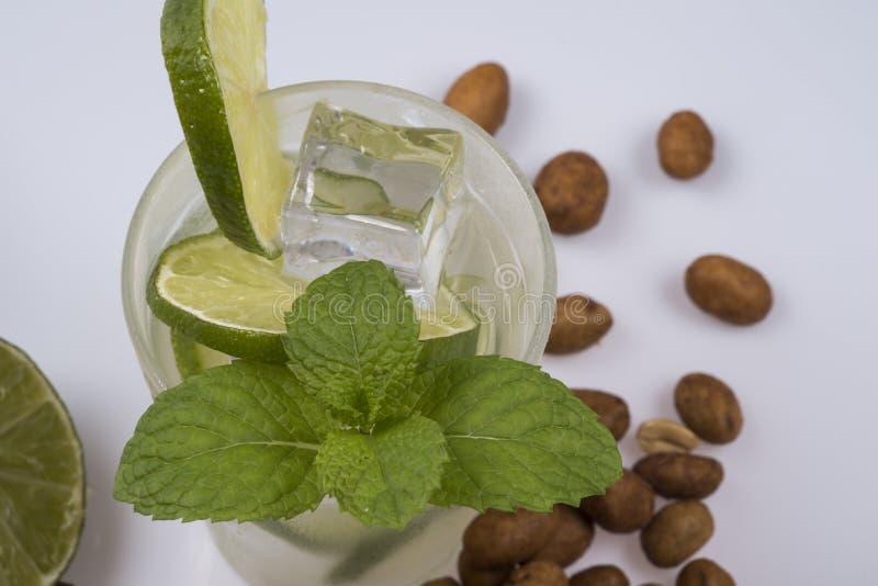 Cocktail régénérateur avec le citron et la glace verts photographie stock