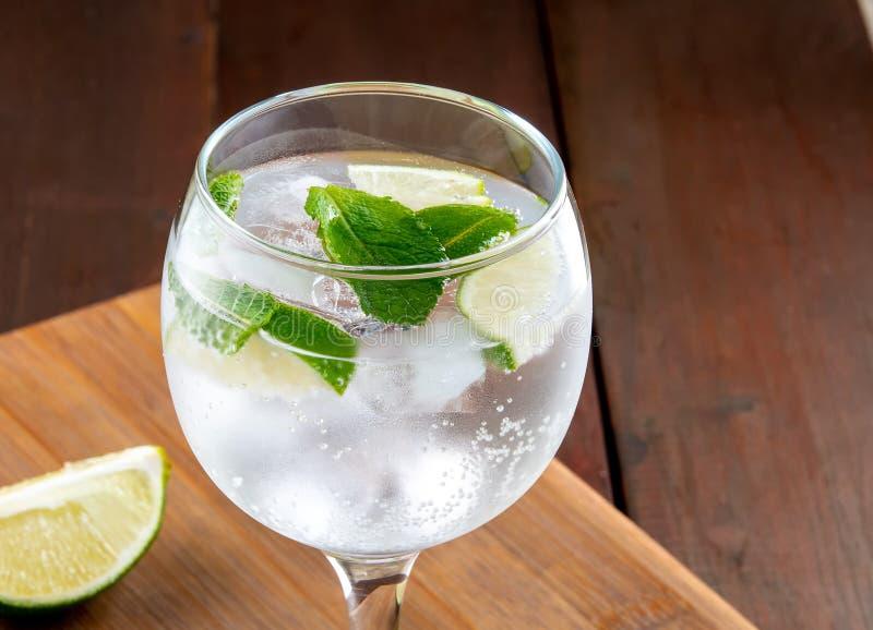 Cocktail rafraîchissant de chaux à la menthe d'été photos stock