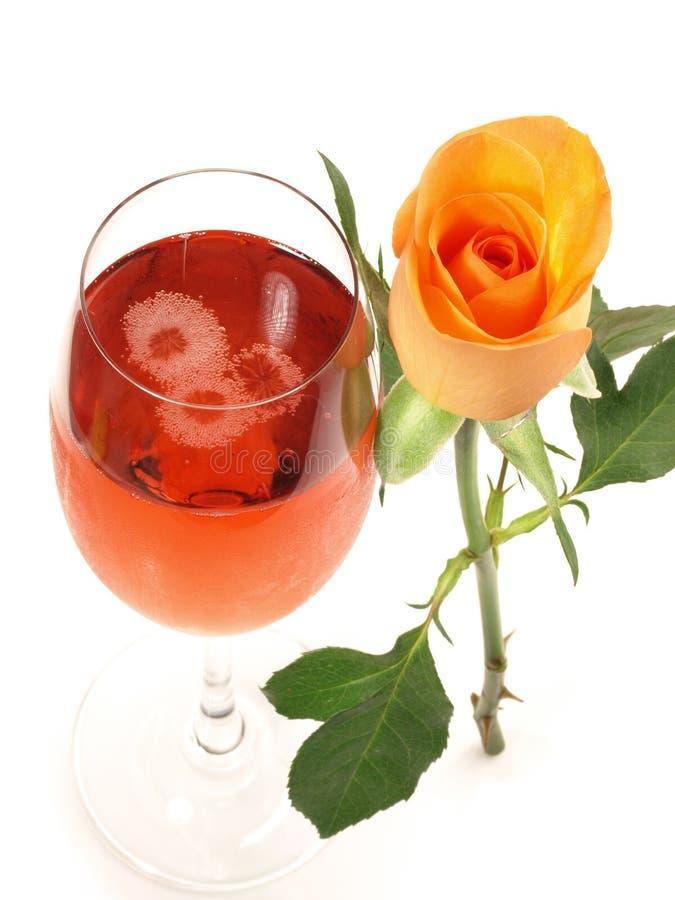 Cocktail real de Kir com uma Rosa no fundo branco fotos de stock