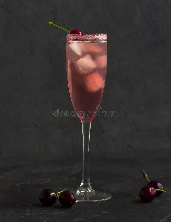 Cocktail refrigerando da cereja com gelo e uma cereja fotografia de stock