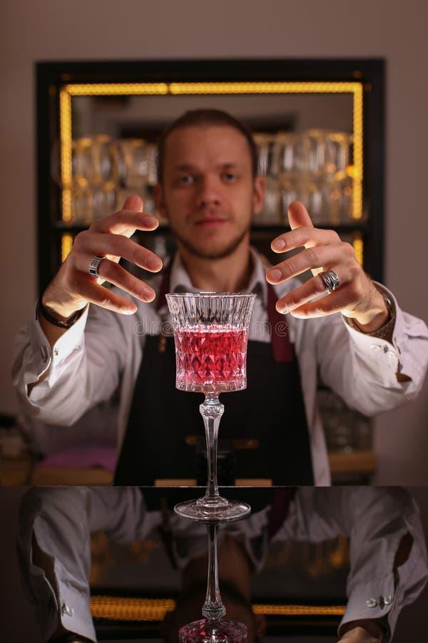 Cocktail rose en rétro verre images stock