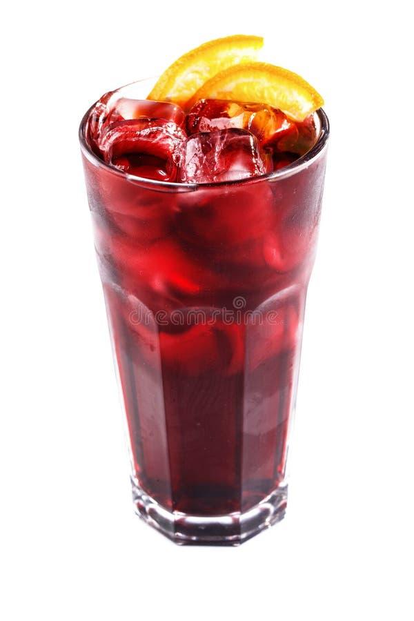 Cocktail rosso con ghiaccio e l'arancia in un vetro su un fondo bianco isolato fotografia stock
