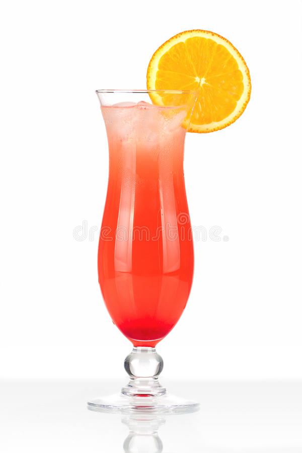 Cocktail rosso con ghiaccio e l'arancio immagine stock libera da diritti