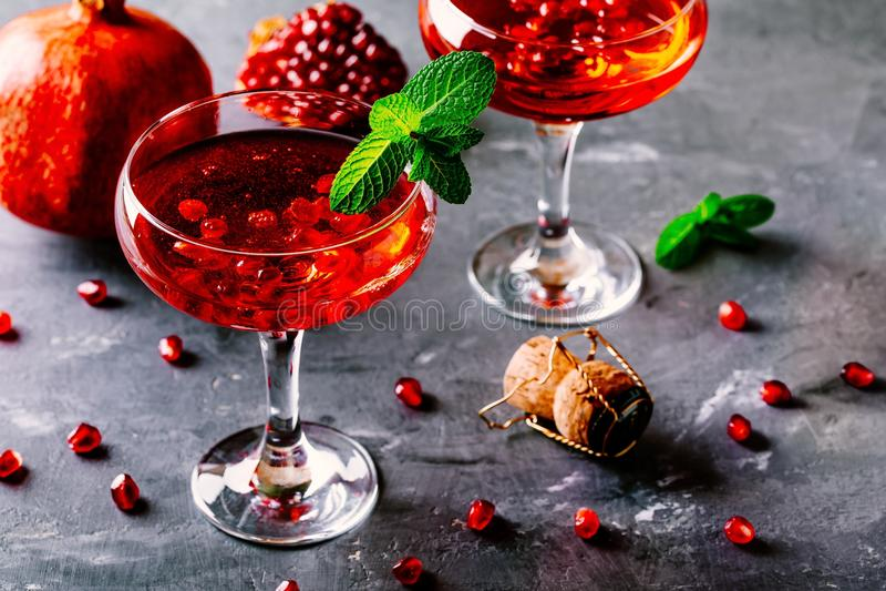 Cocktail rosso con i semi del melograno e del vino spumante fotografie stock libere da diritti