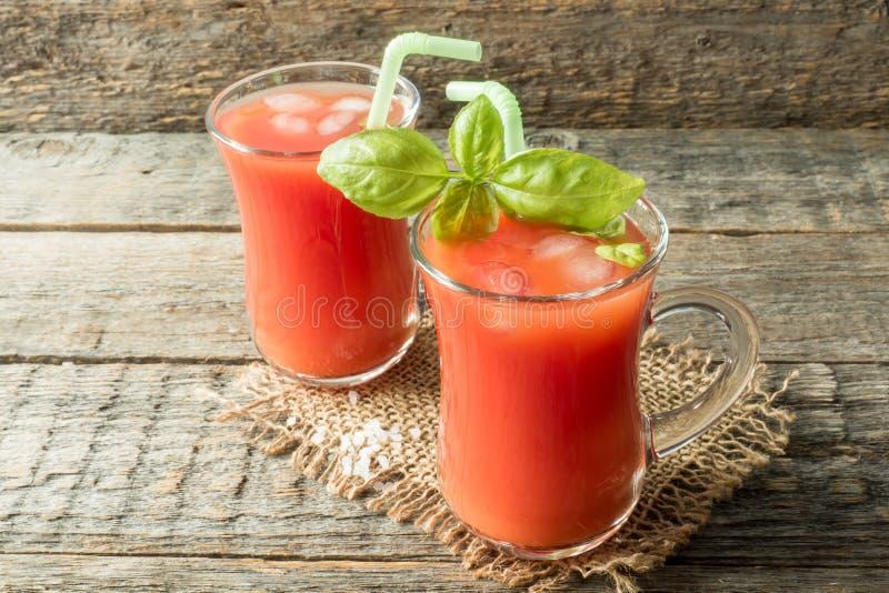 Cocktail rosso con il succo di pomodoro, il basilico ed il sale, fuoco selettivo immagine stock libera da diritti