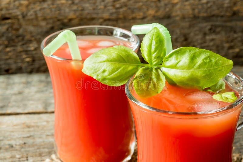 Cocktail rosso con il succo di pomodoro, il basilico ed il sale, fuoco selettivo fotografia stock
