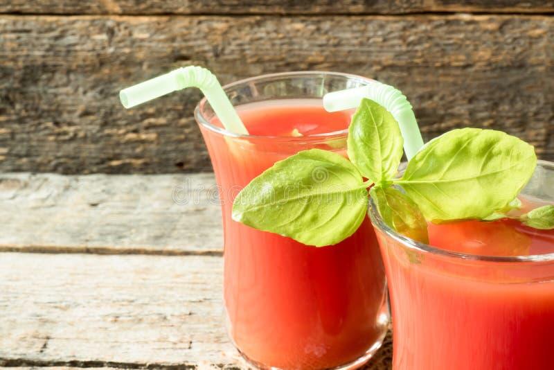 Cocktail rosso con il succo di pomodoro, il basilico ed il sale, fuoco selettivo fotografie stock
