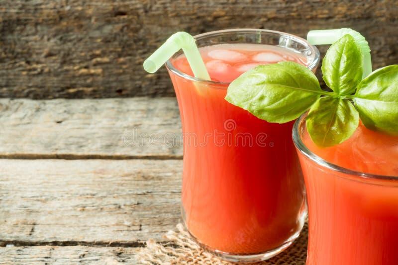 Cocktail rosso con il succo di pomodoro, il basilico ed il sale, fuoco selettivo immagine stock