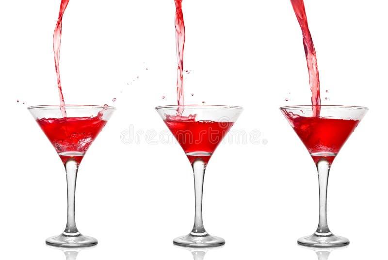 Cocktail rosso con il versamento nel vetro fotografia stock libera da diritti