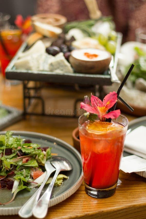 Cocktail rosso su un tavolo da pranzo, fuoco selettivo fotografie stock