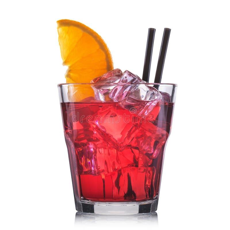 Cocktail rosso in vetro di cocktail antiquato isolato su fondo bianco fotografia stock libera da diritti