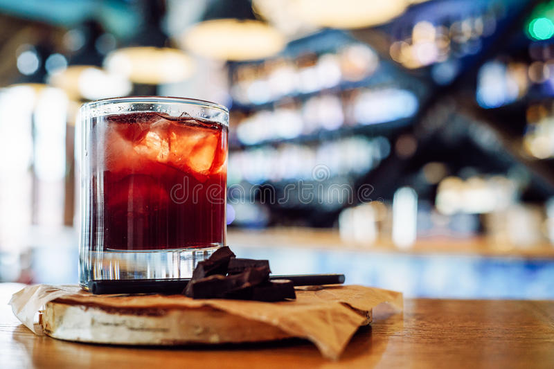 Cocktail rouge avec du chocolat images stock