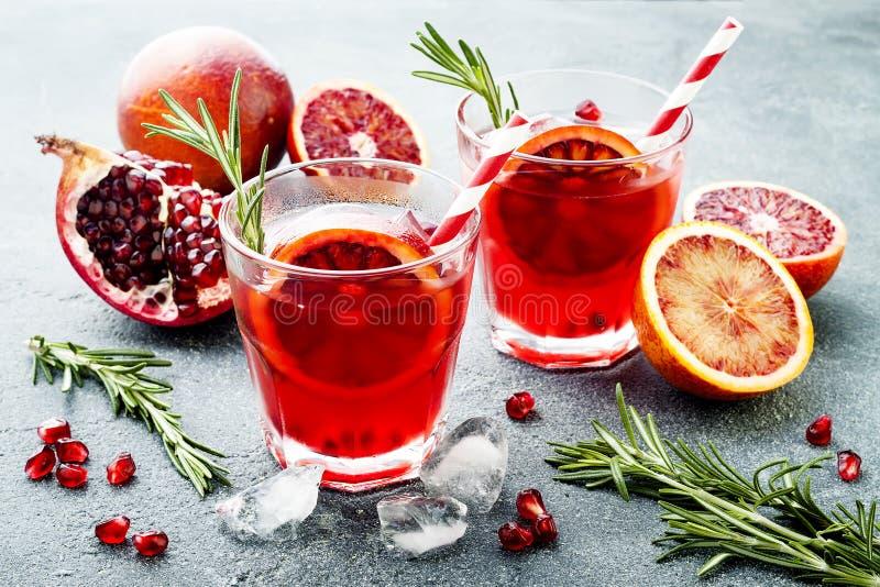 Cocktail rouge avec l'orange sanguine et la grenade Boisson régénératrice d'été Apéritif de vacances pour la fête de Noël images stock