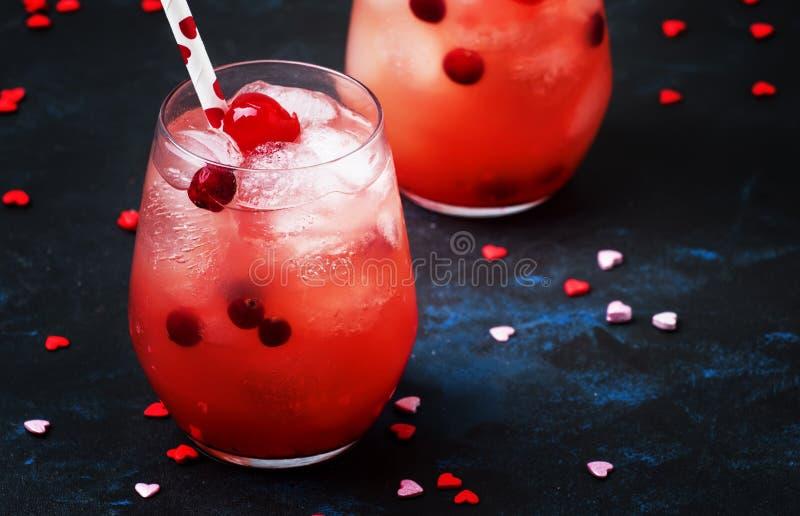 Cocktail rouge de fête de jour de valentines, deux verres, backgroun gris images stock