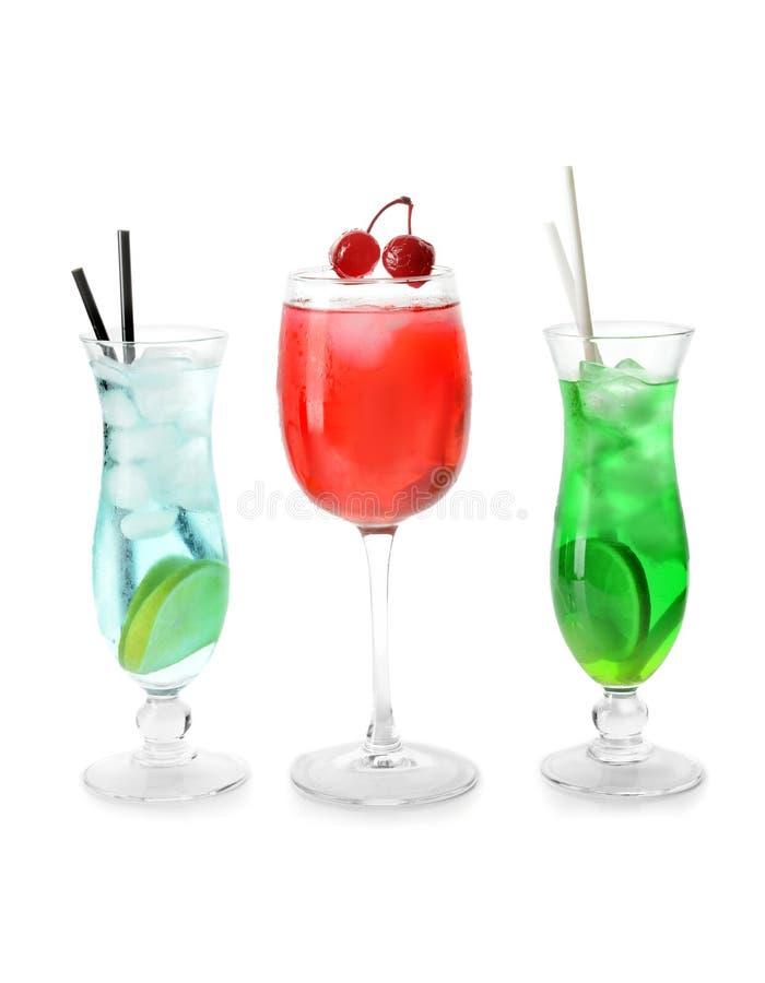 Cocktail saborosos no fundo branco imagem de stock