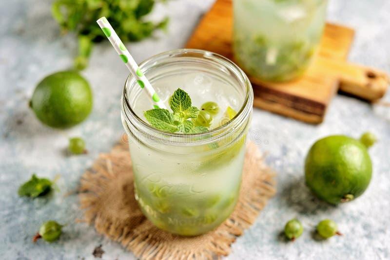 Cocktail sans alcool sain fait maison Mojito de groseille à maquereau, de chaux et de menthe vertes photo libre de droits