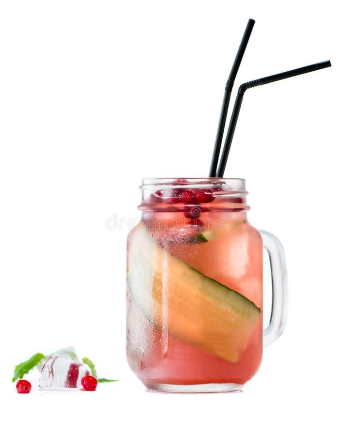 Cocktail saudável com pepino e arandos fotos de stock