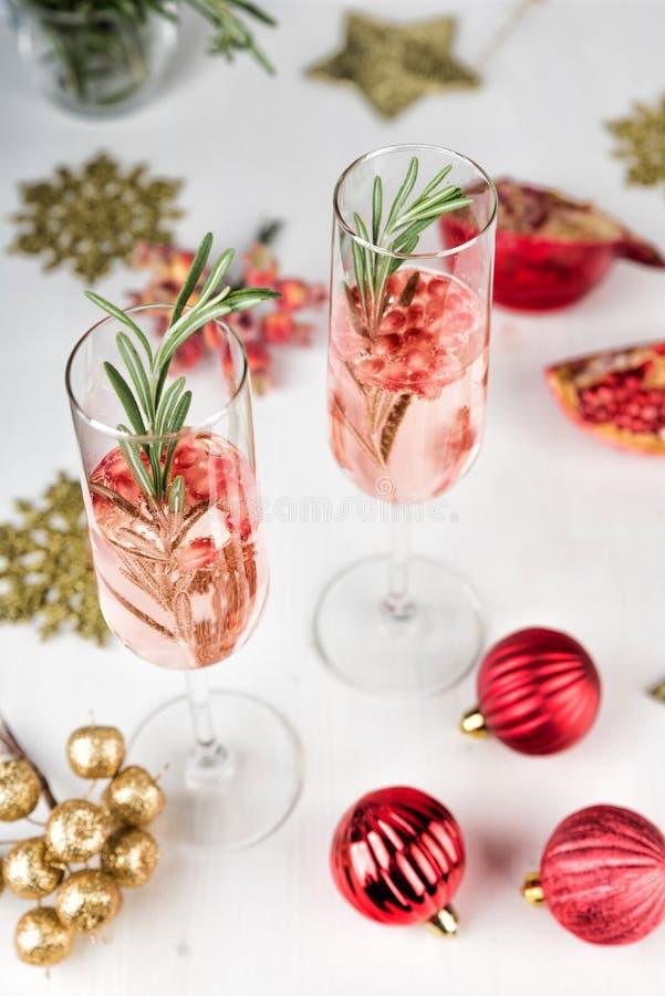 Cocktail scintillante con il ramo dei rosmarini e del melograno fotografia stock