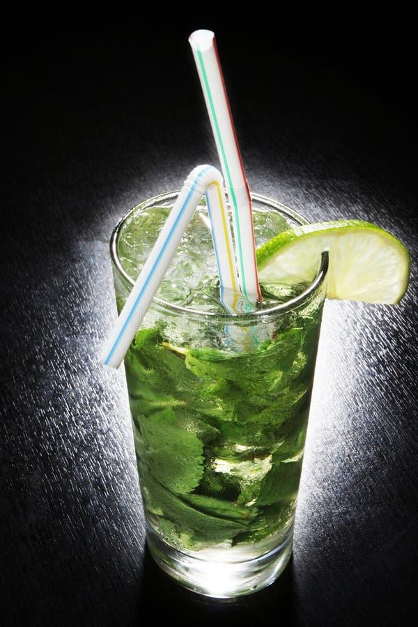 Cocktail senza tonico alcolico con calce ed il min fotografia stock