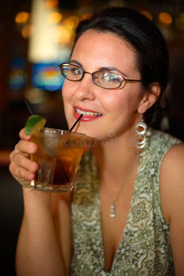 Cocktail sorvendo da mulher fotos de stock royalty free