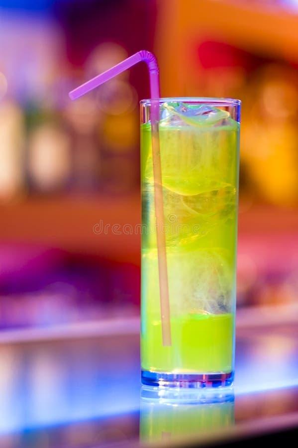 Cocktail sur un bar photographie stock libre de droits