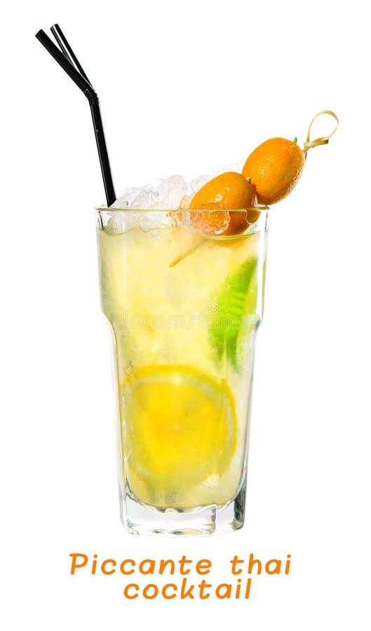 Cocktail tailandês frio tropical fresco clássico de Piccante na parte traseira da luz foto de stock