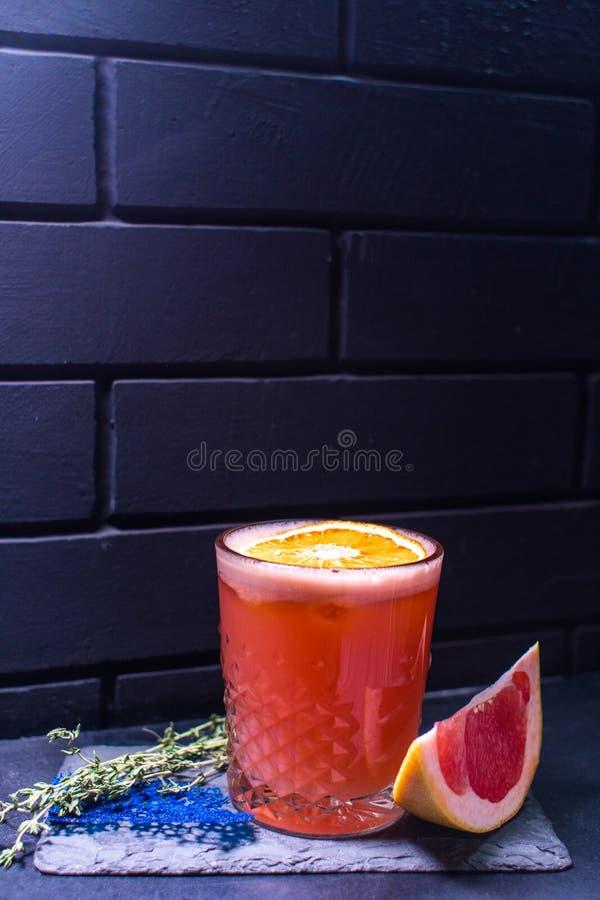 Cocktail tegen de zwarte bakstenen muur stock afbeeldingen