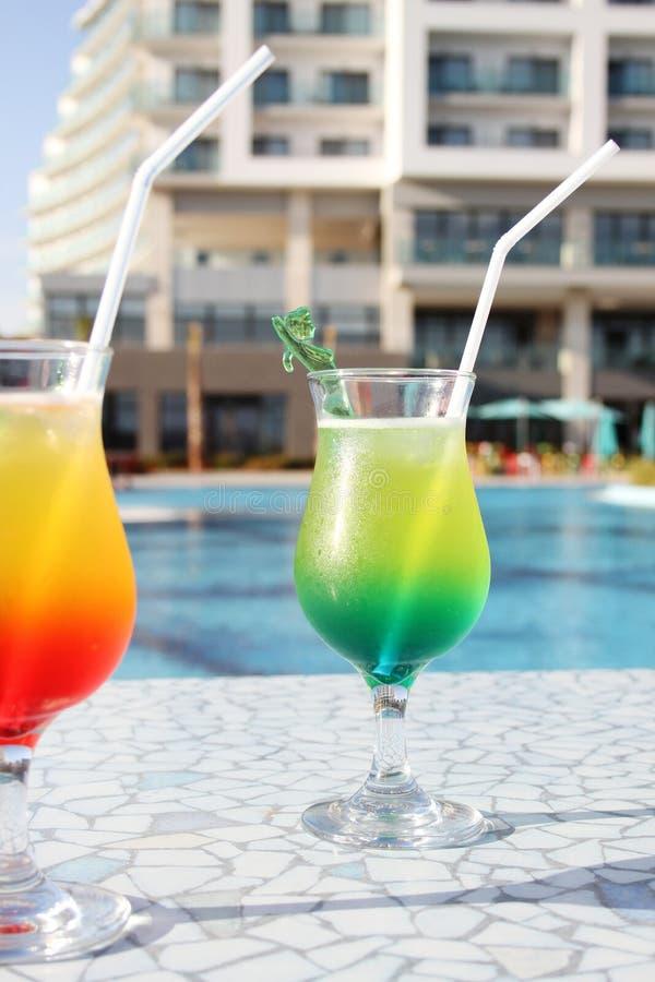 Cocktail trinkt Poolside stockfoto