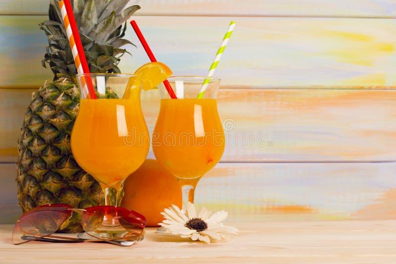 Cocktail tropicais com fruto fresco fotos de stock royalty free
