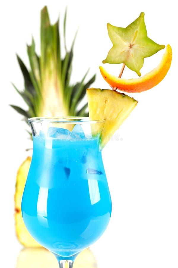 Cocktail tropical azul com abacaxi foto de stock