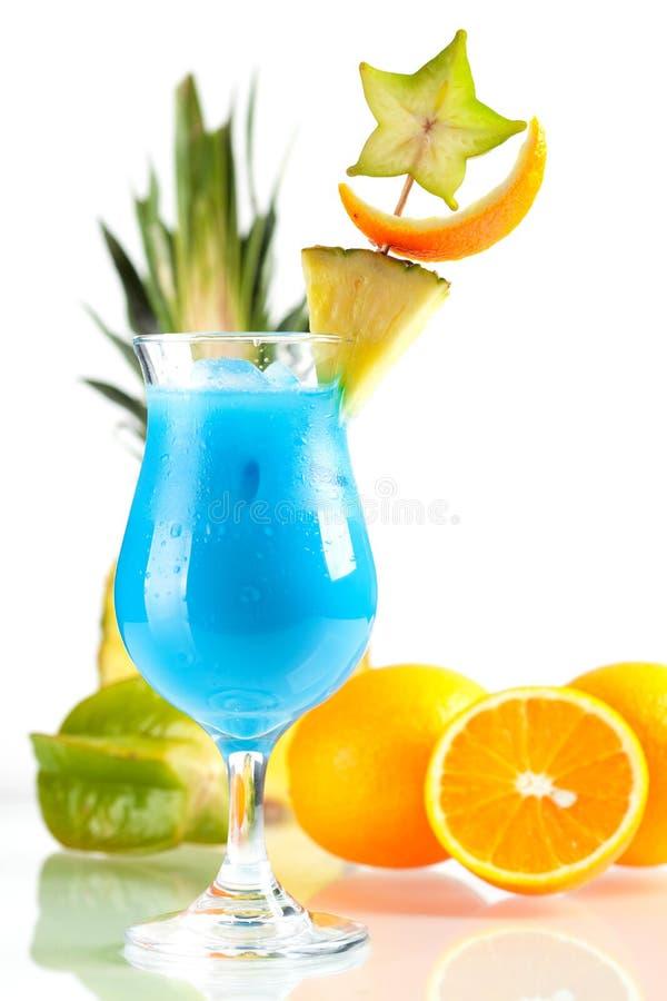 Cocktail tropical azul de Havaí com abacaxi foto de stock