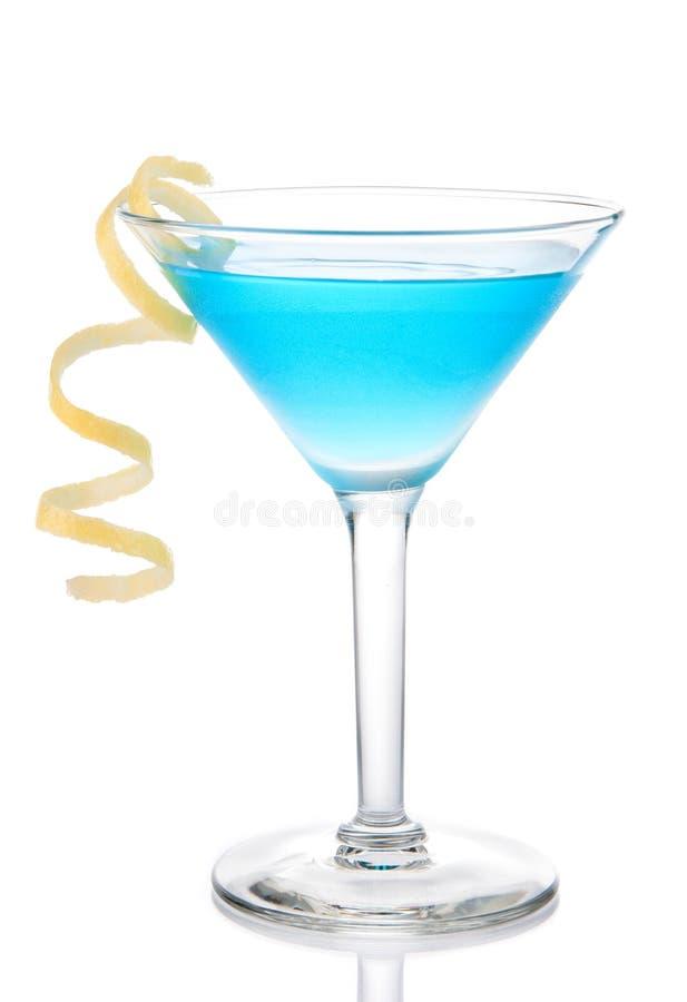 Cocktail tropical bleu de martini avec la spirale jaune de citron image stock
