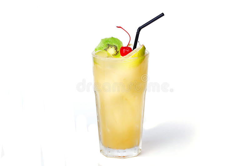 Cocktail tropical com quivi e cereja foto de stock royalty free