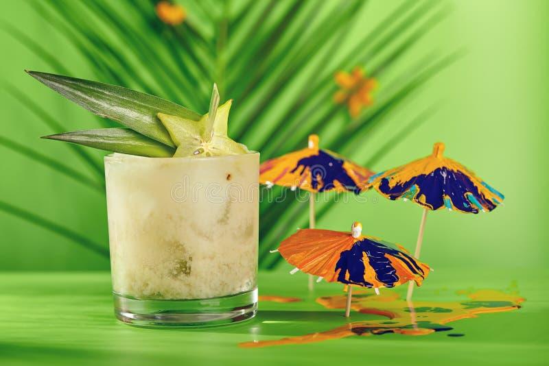 Cocktail tropical d'été photographie stock
