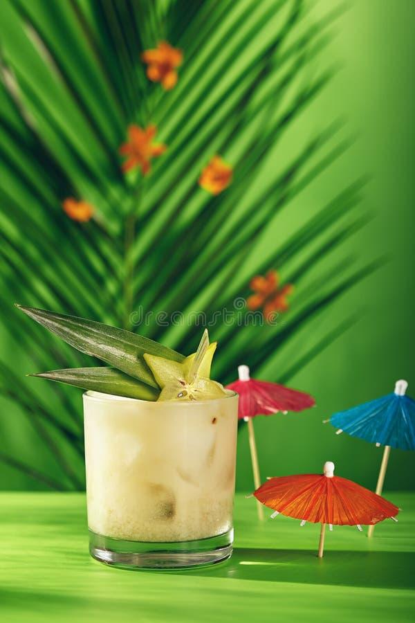 Cocktail tropical d'été photographie stock libre de droits