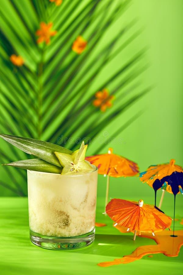 Cocktail tropical d'été images stock
