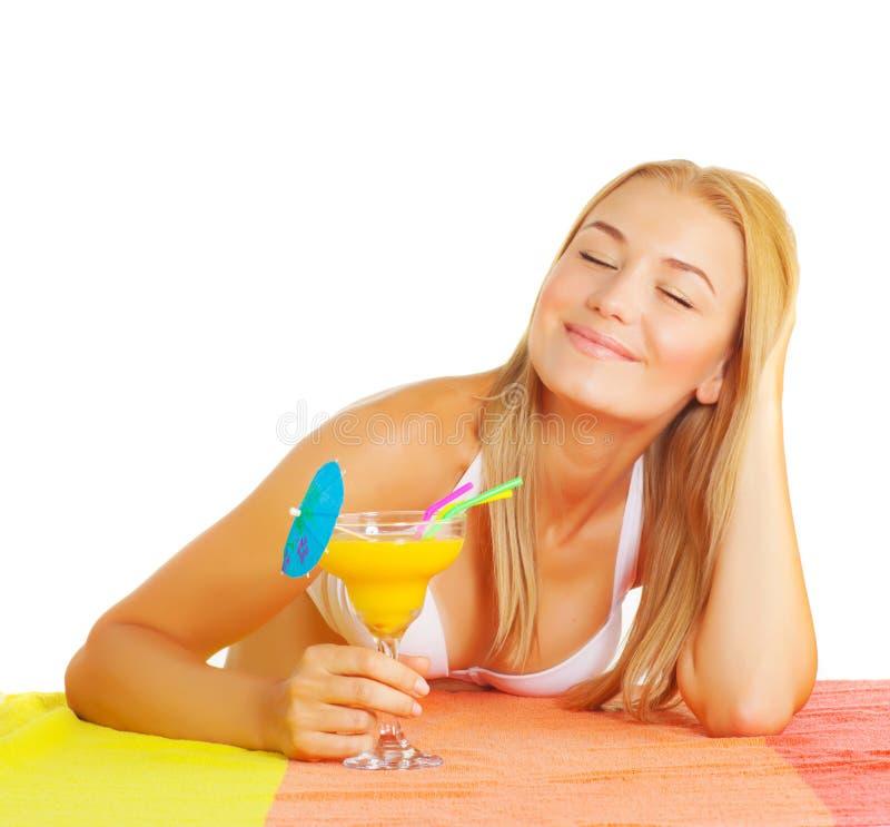 Cocktail tropical da bebida bonito da mulher fotos de stock royalty free