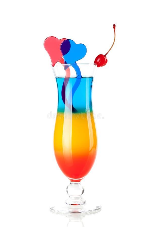 Cocktail tropical mergulhado com decoração dos corações fotos de stock