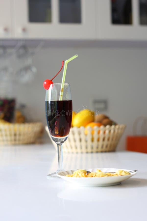 Cocktail und Plätzchen lizenzfreies stockbild